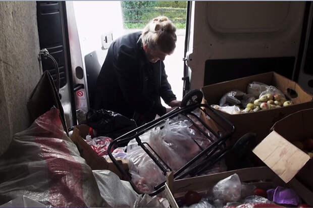 Внутри фургончика Галины Ивановны всегда много вещей и продуктов, которые следует развезти.