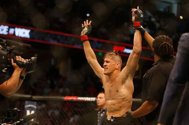 Боец UFC Вик добивал лежачего соперника, нопропустил удар спятки. Иотправился вглубокий нокаут