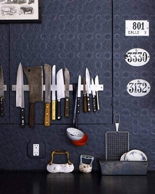 Интересный вариант разместить нестандартным образом ножи на кухне, то что создаст специфическую обстановку.