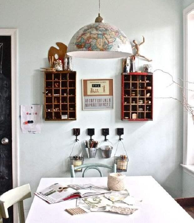 Крутой вариант разместить на стенах такие интересные подвесные шкафы.