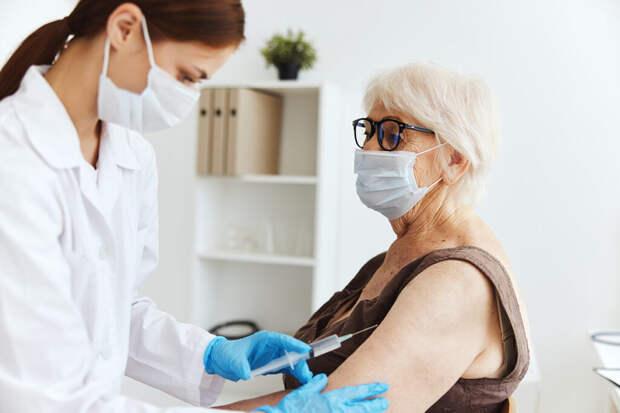 Московские пенсионеры могут получить 10 тысяч рублей за прививку от COVID-19