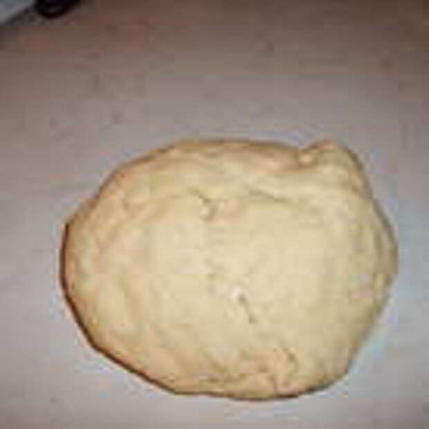 Из перечисленных ингредиентов замесить  тесто. Муку следует взять столько, чтобы замесить тугое тесто. Дать отдохнуть ему немного.
