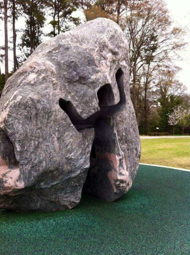 Необычный вырез в камне
