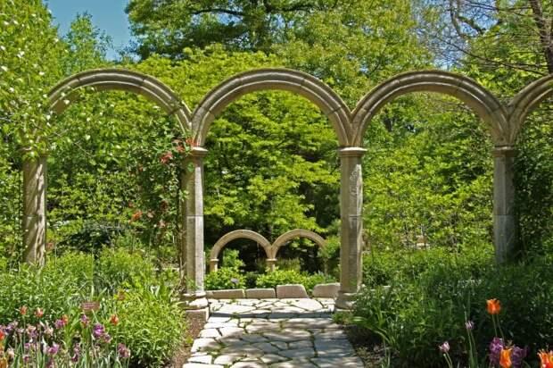 Каменная арка - оригинальное решение для тех, кто предпочитает строгий римский стиль в ландшафтном дизайне.