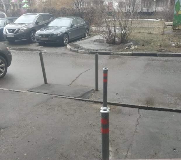 Во дворе на Авиаконструктора Миля установили антипарковочные столбики
