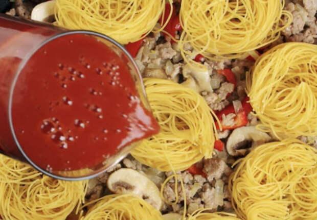 Макароны не варим: залили томатным соком и жарим на сковороде