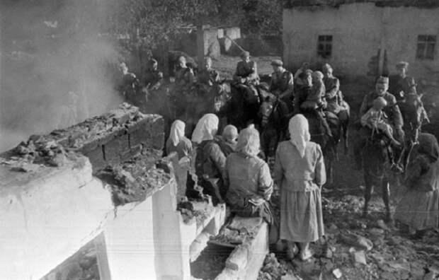 В освобожденной деревне, 1944 год.
