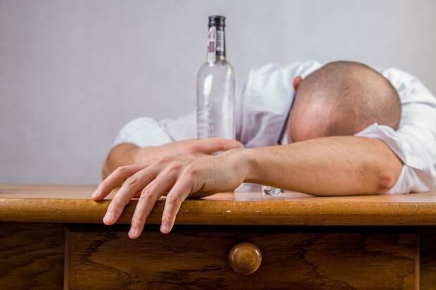 Медики назвали главный симптом алкоголизма на ранней стадии