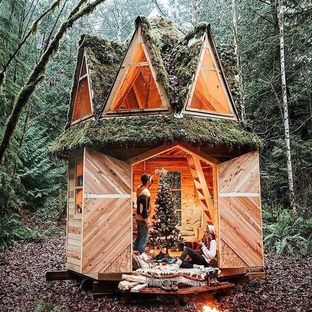 Посмотрите на этот домик в лесу. Настоящий сказочный. А какой уютный!