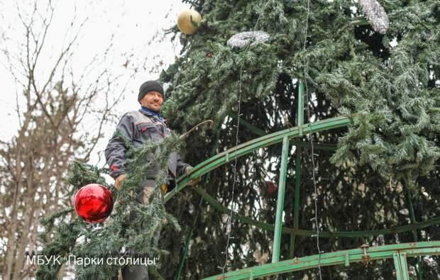 В Симферополе начали разбирать новогоднюю ёлку в Детском парке