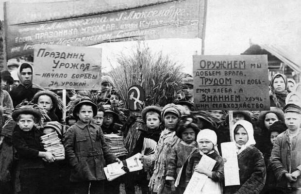 Люди труда: колхозники СССР во время сбора урожая