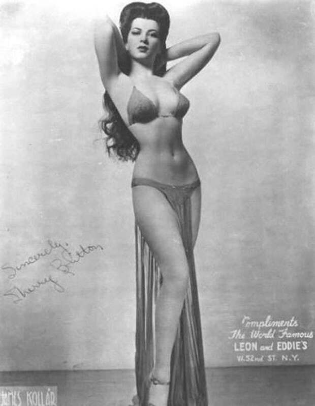 Про артистку бурлеска 1930-х Шери Бриттон ( Sherry Britton) говорили, что у нее фигура, за которую можно умереть.