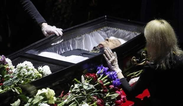 Народ сотрясается от рыданий у гроба Виктюка: прощание с легендой