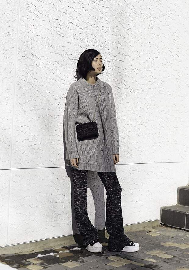 Девушка в сером свитере, бруки-клеш и белые криперы