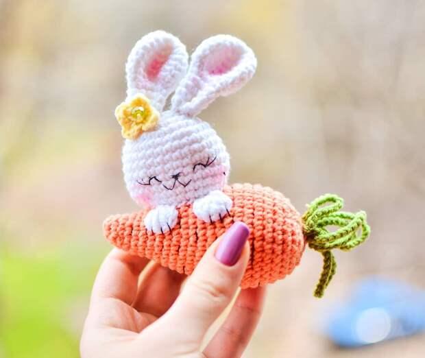 Милый вязаный зайчик с морковкой от Татьяны Лысенко