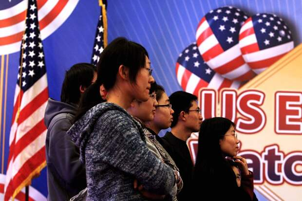США отозвали визы больше чем у тысячи китайских студентов и аспирантов
