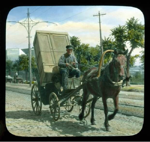 Извозчик едет по улице Стромынка.