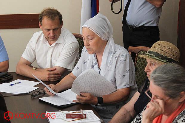 На встрече с православными присутствует Глава феодосийской администрации Сергей Фомич
