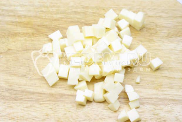 И кубиком порезать твёрдый сыр.