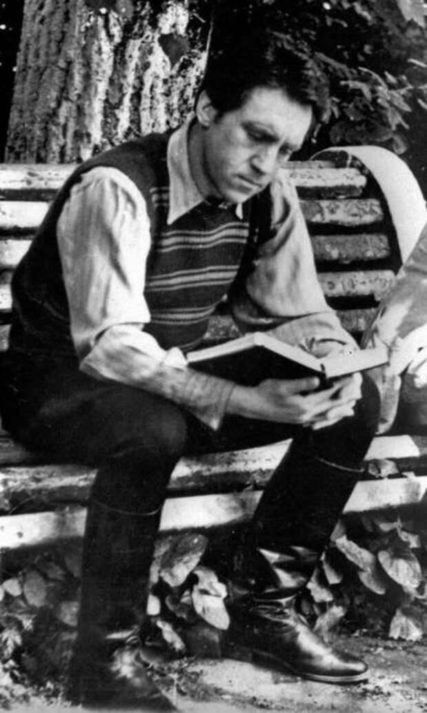 Владимир Высоцкий в перерыве съёмок фильма «Место встречи изменить нельзя». СССР, 1978 год.