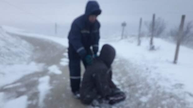 В Феодосии спасатели вытащили из снежного заноса «скорую» и нашли замёрзшего мужчину