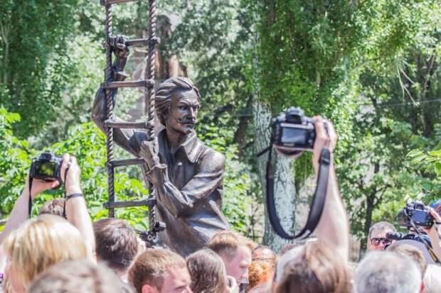 """Десятки саратовце пришли к театру увидеть первыми новую скульптуру Фото: Группа """"Типичный Саратов"""" """"ВКонтакте"""""""