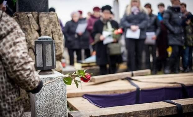 Женщина постоянно ходила на похороны незнакомых людей