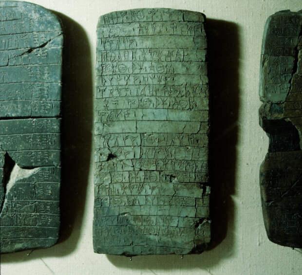 Три из 1200 табличек, найденых Карлом Блегеном в 1939 года.