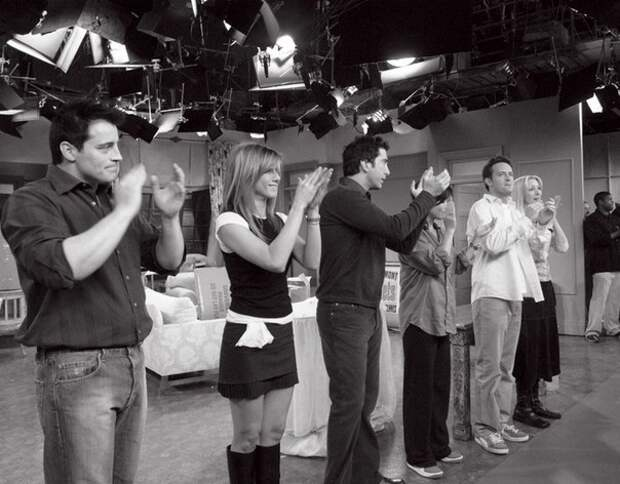 Закадровые фотографии со съемок сериала «Друзья» (1994-2004).