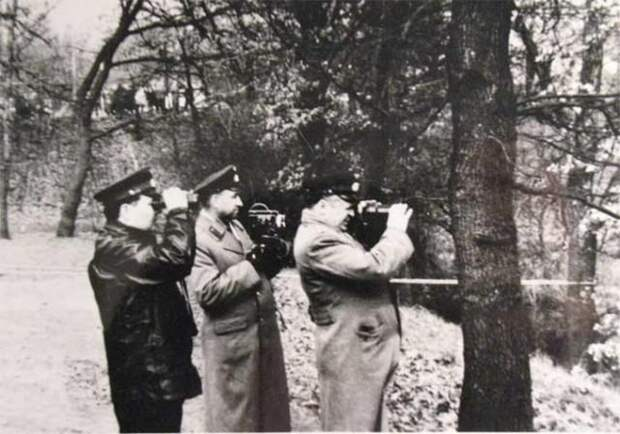 Советские офицеры бессильно наблюдают, как натовцы поднимают истребитель из озера. / Родина
