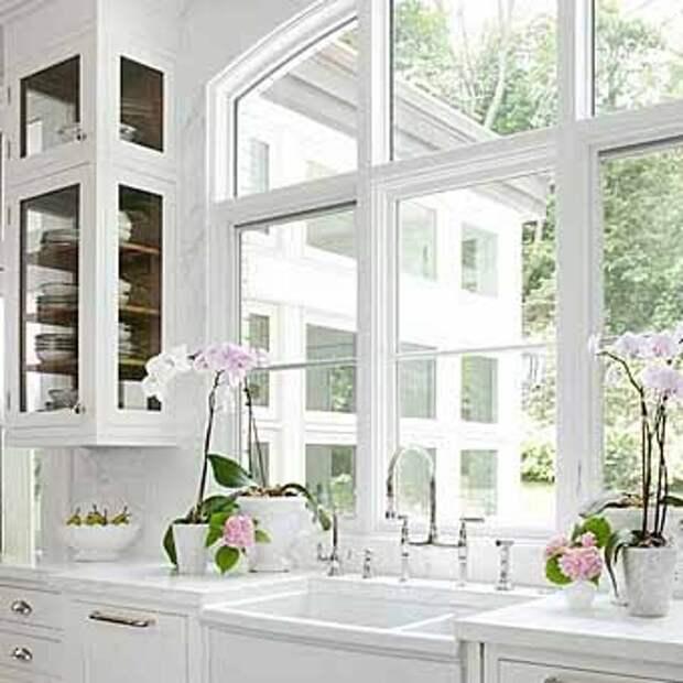 практичное использование большого окна на кухне