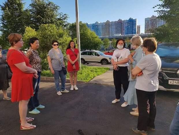 Глава управы Екатерина Потапенко обсудила с жителями Северного вопросы полива цветников