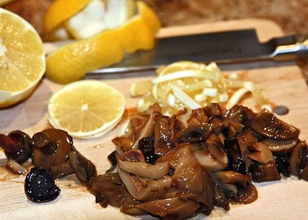 нарезка и добавление лимона и соленых грибов в сборную мясную солянку