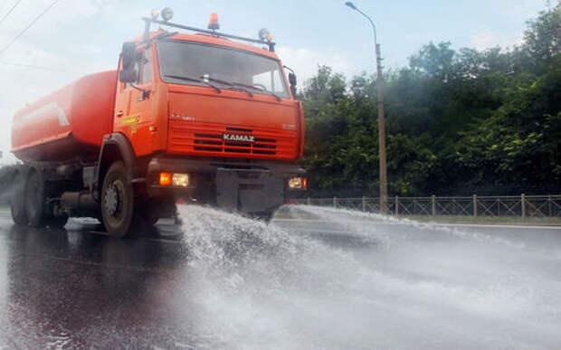 Водитель поливальной машины загасил горящую Ладу