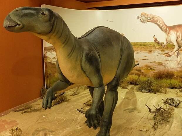 Человек и ручной динозавр: что творилось бы сейчас на планете, если бы динозавры не вымерли
