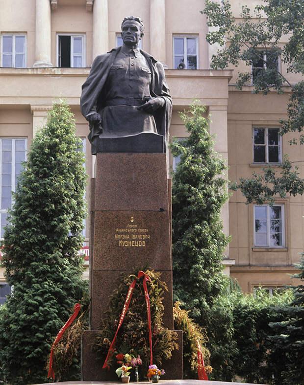 Памятник Николаю Кузнецову во Львову.