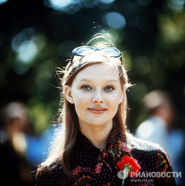 Актрисы и цветы: Людмила Савельева