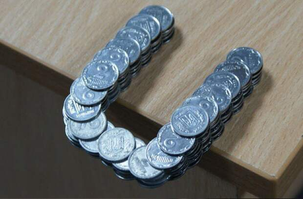 Монеты, сложенные в стопку особым образом, позволяющим им удерживаться вместе даже за пределами стола интераесное, факты, фото