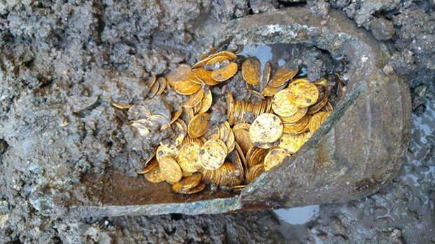 В амфоре было найдено три сотни монет.