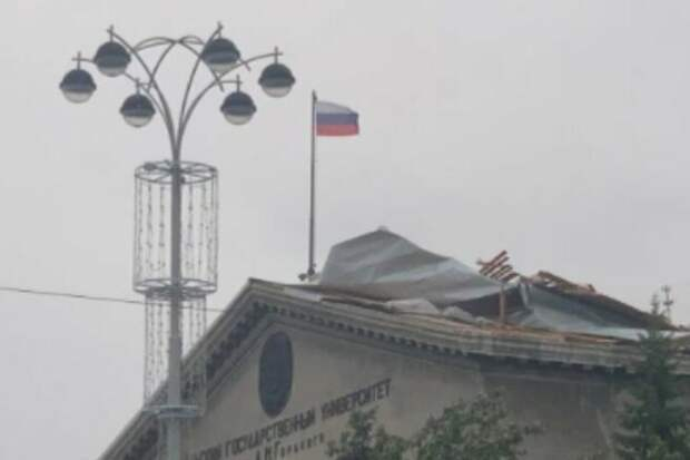 Сильный ветер едва не сорвал крышу с университета в Екатеринбурге