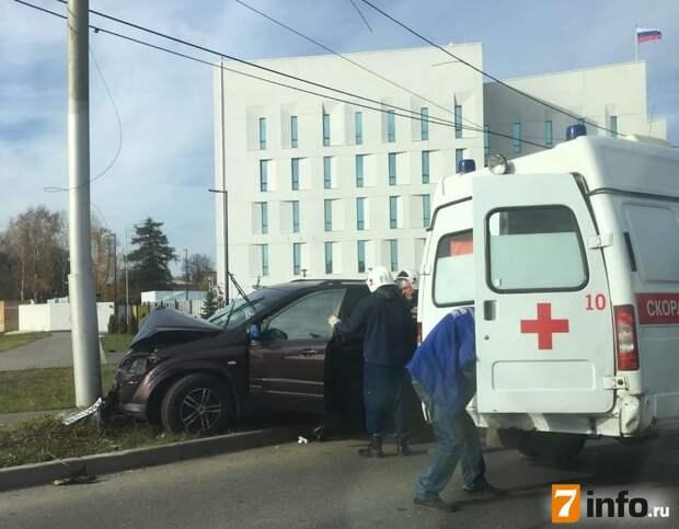 На улице Спортивной в Рязани автомобиль врезался в столб