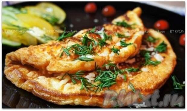 Подавать наш пышный омлет нужно горячим, присыпав мелко нарезанным укропом и сыром, а в сочетании со свежими овощами он особенно хорош!