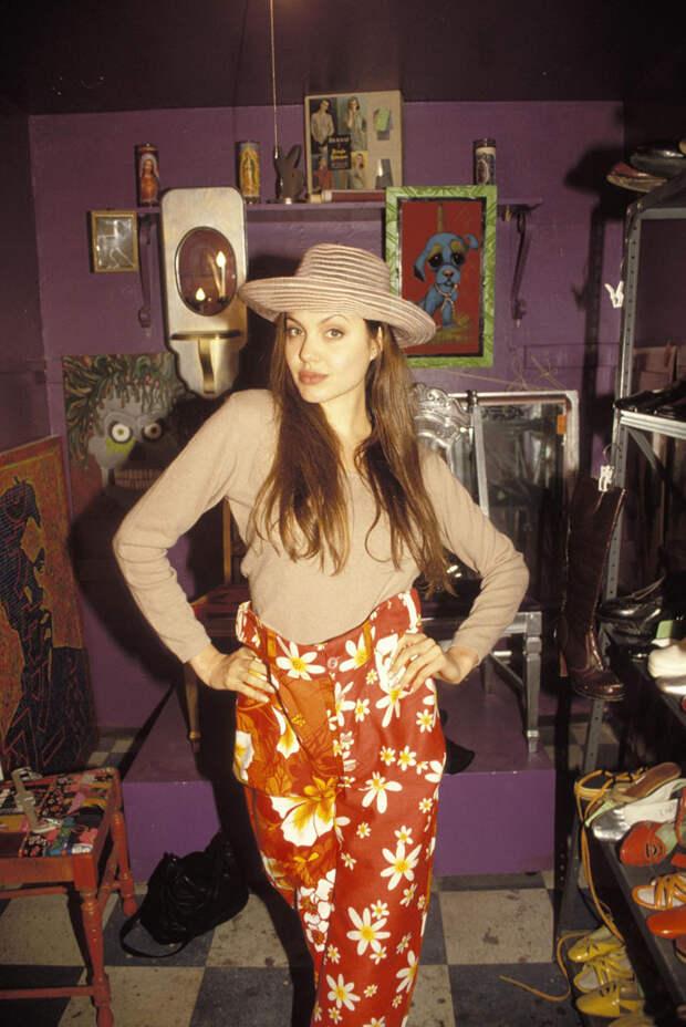 Анджелина Джоли (Angelina Jolie) в фотосессии Мишеля Буркара (Michel Bourquard) (1994), фото 21