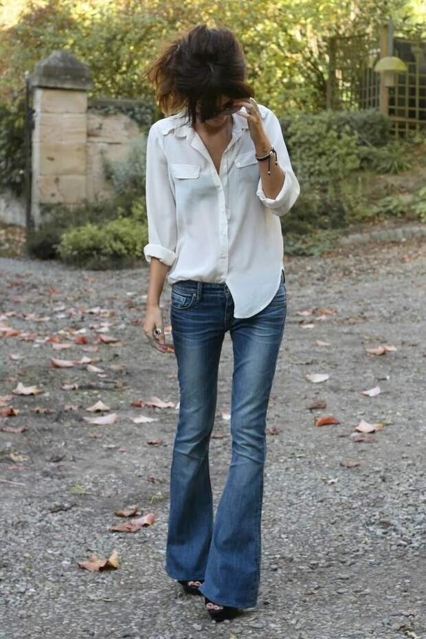 С чем лучше всего сочетаются модные в этом году джинсы-клеш – несколько топовых образов