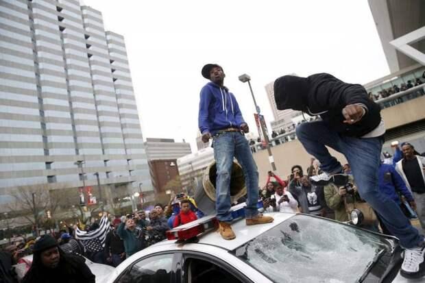 Демократия по-американски: гражданским лицам разрешат стрелять в мародеров