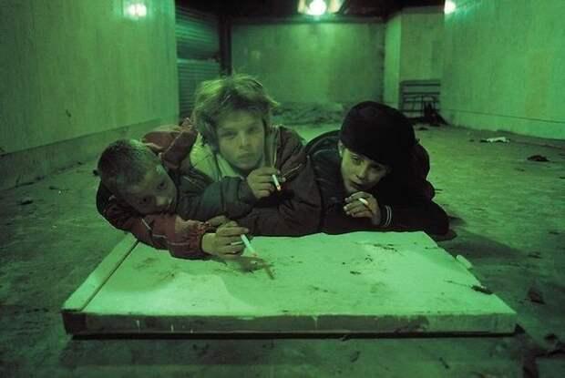 Бездомные дети, живущие в подземном переходе на Пушкинской площади. Москва, 1992 год.