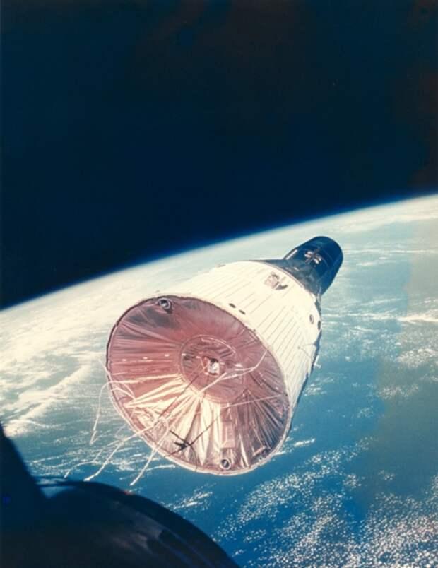1965. Вид космического корабля «Джемини 7» с космического корабля «Джемини-6A» во время сближения двух космических аппаратов 4 декабря