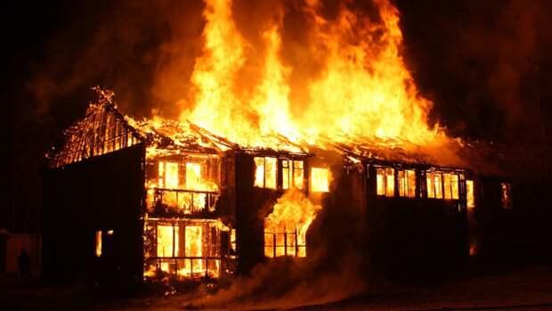Спасатели тушат пожар в одноэтажном здании в Пушкинском районе
