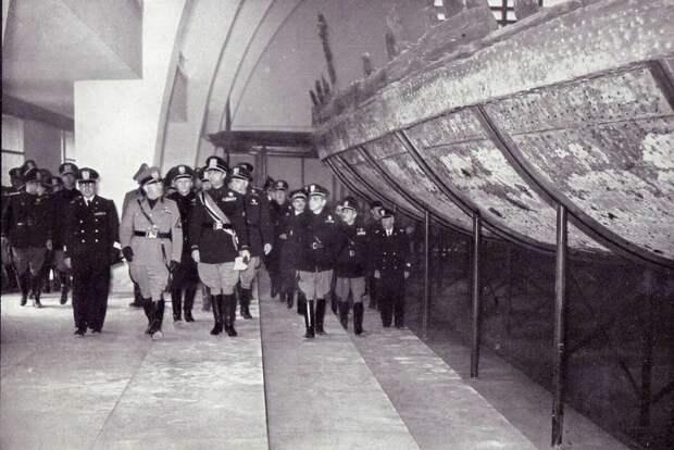 Диктатор Муссолини у кораблей. Кстати, он считал, что возрождает великую Римскую империю.