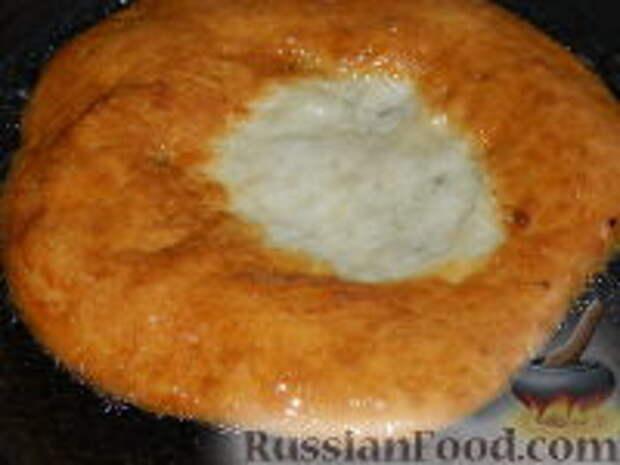 Фото приготовления рецепта: Лангош - венгерская лепешка - шаг №11